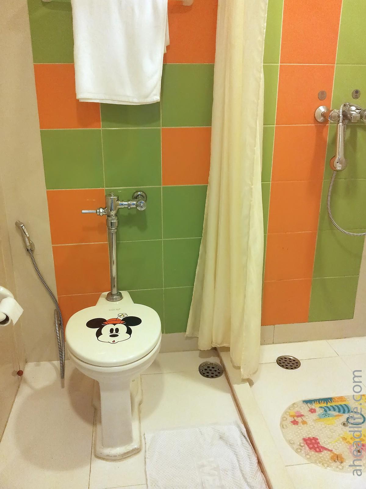 Ванная комната в палате детского отделения