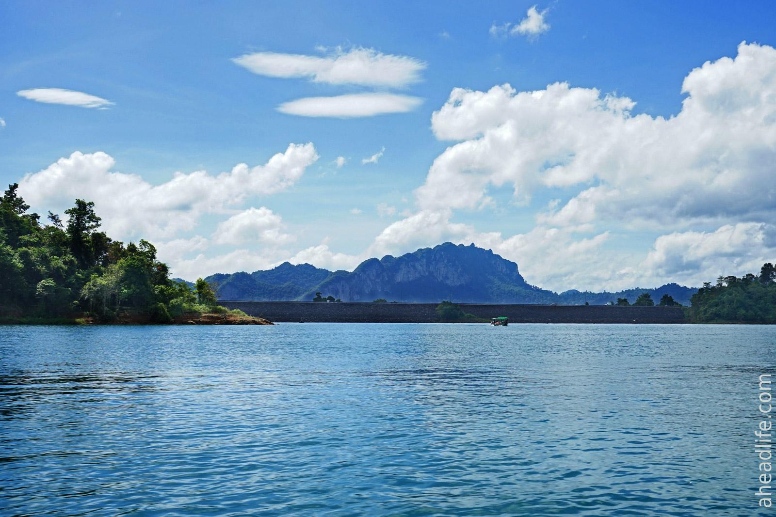 Плотина на озере в Khao Sok