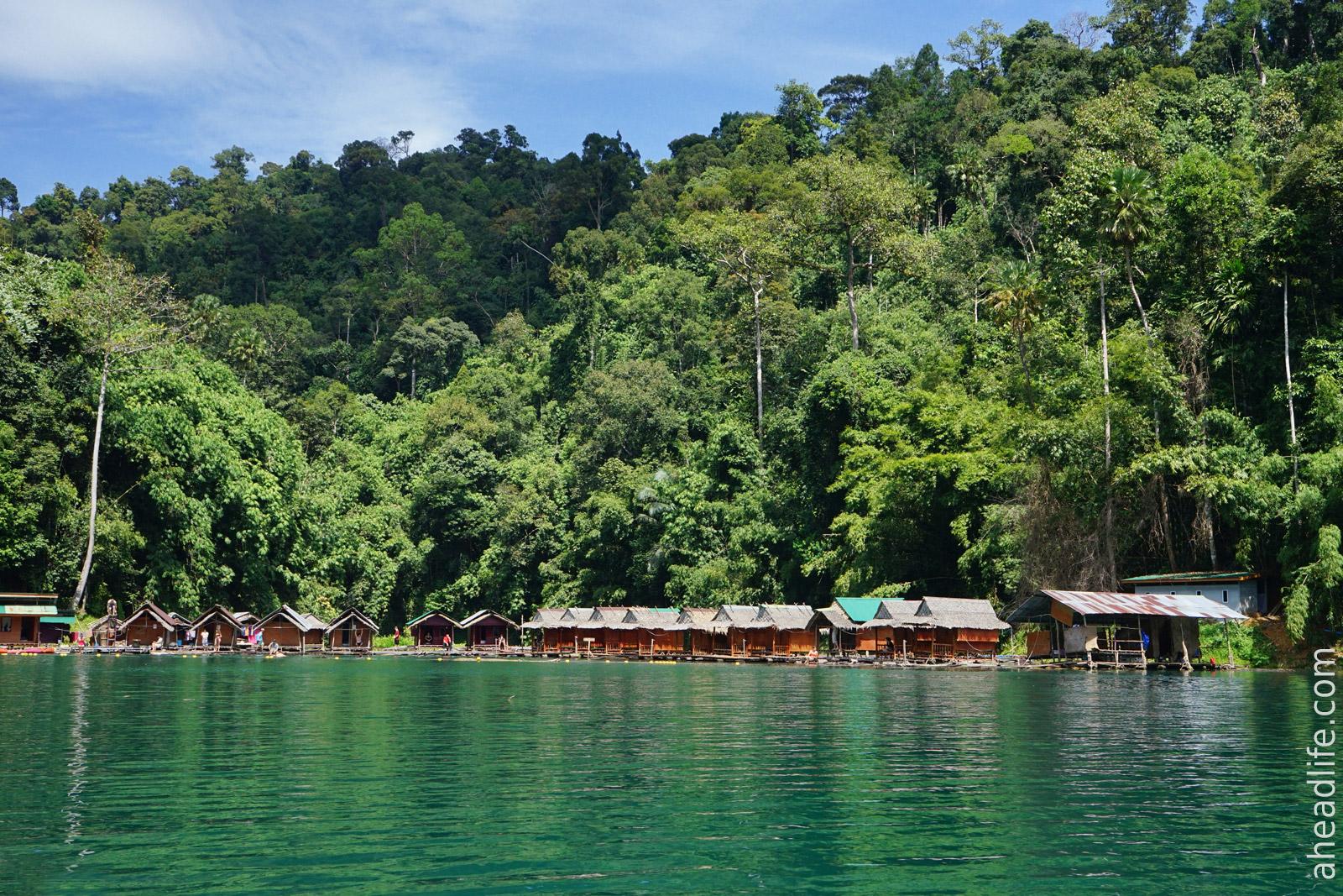 Плавучие бунгало на озере в Khao Sok