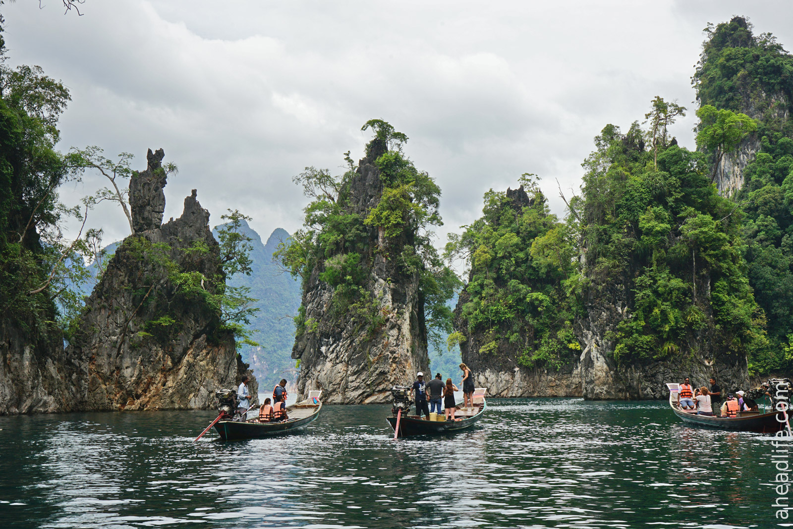 Лодки у трех скал - символов Као Сок