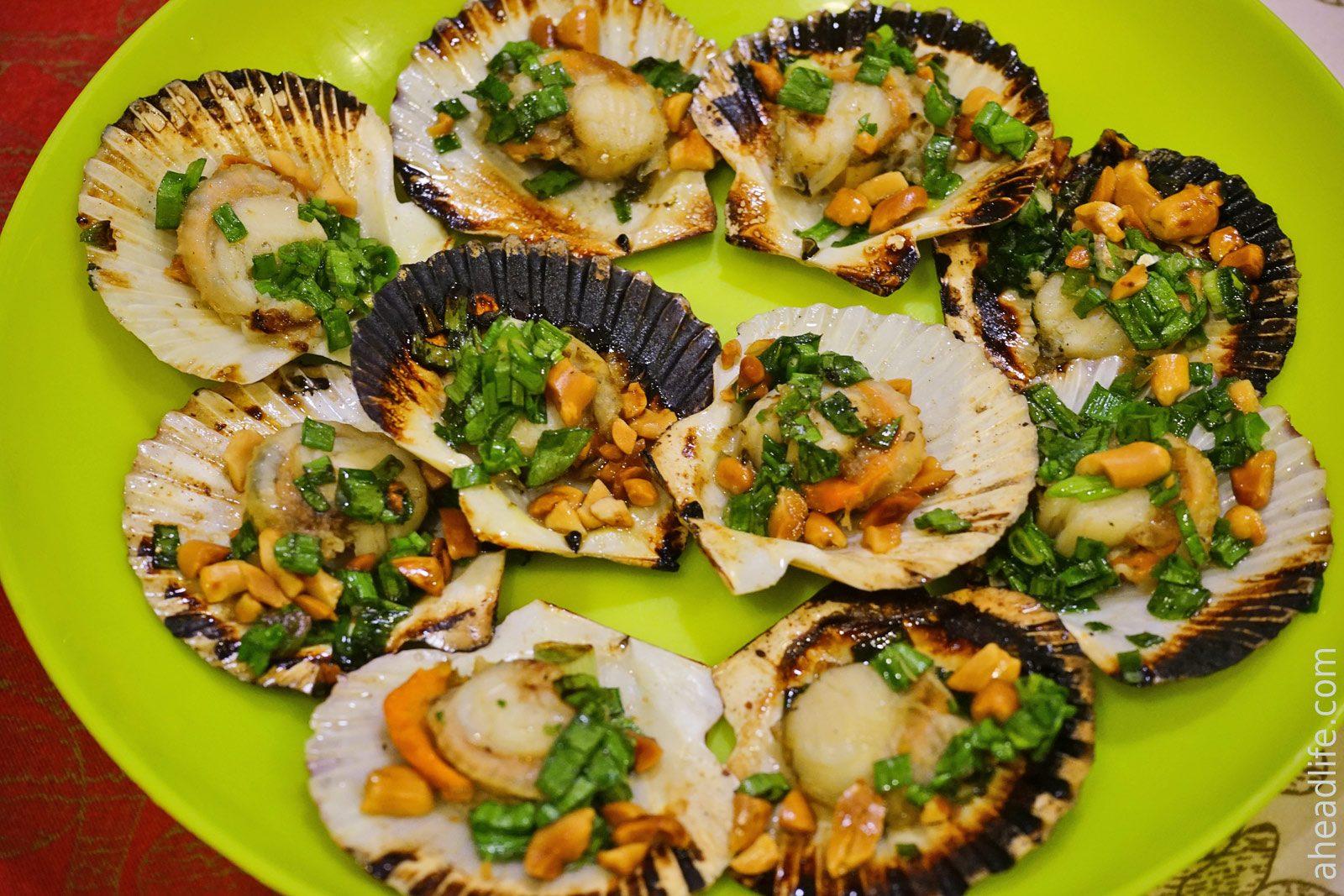 гребешки с зеленым луком и арахисом