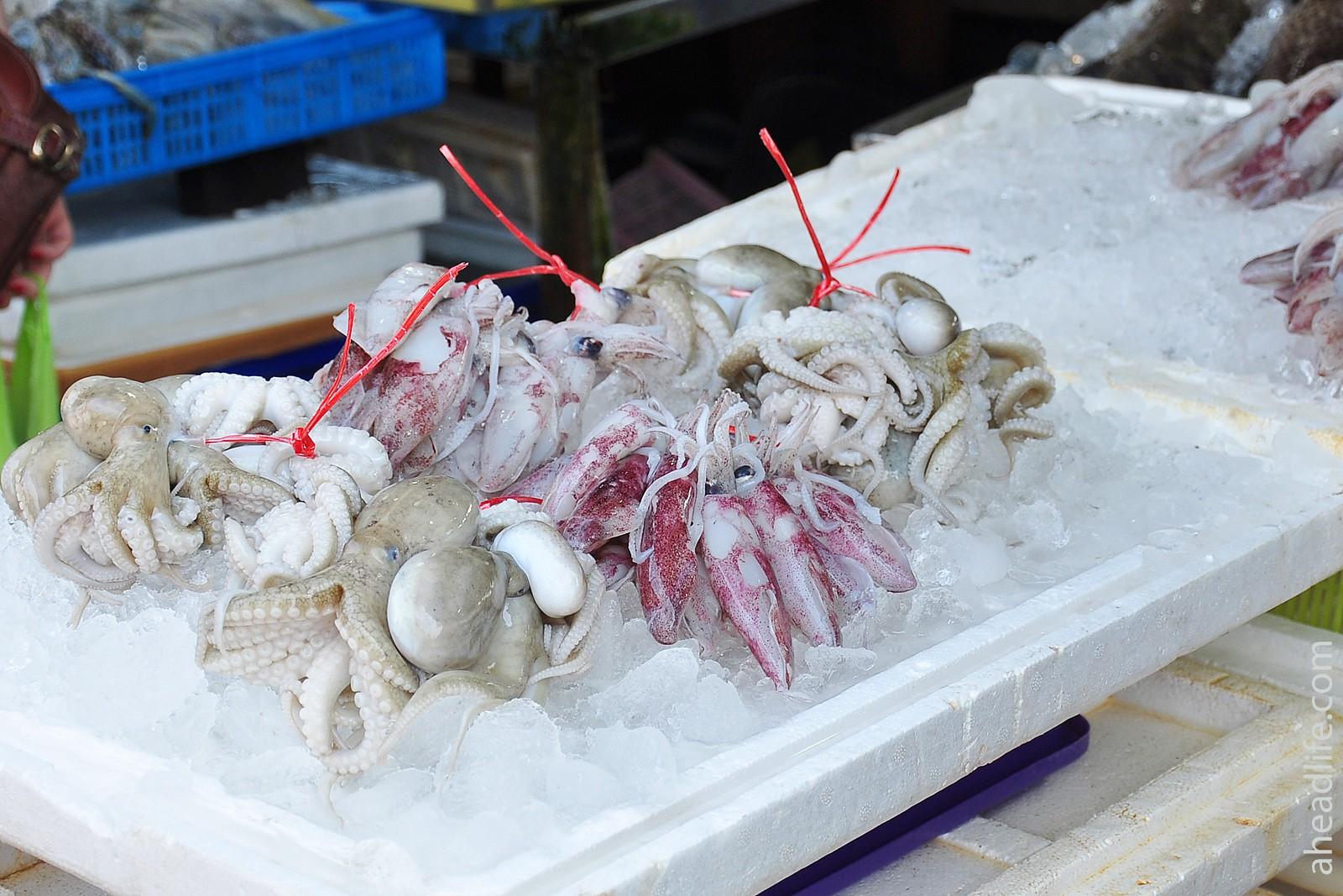 Кальмары и осьминоги на рыбном рынке Раваи