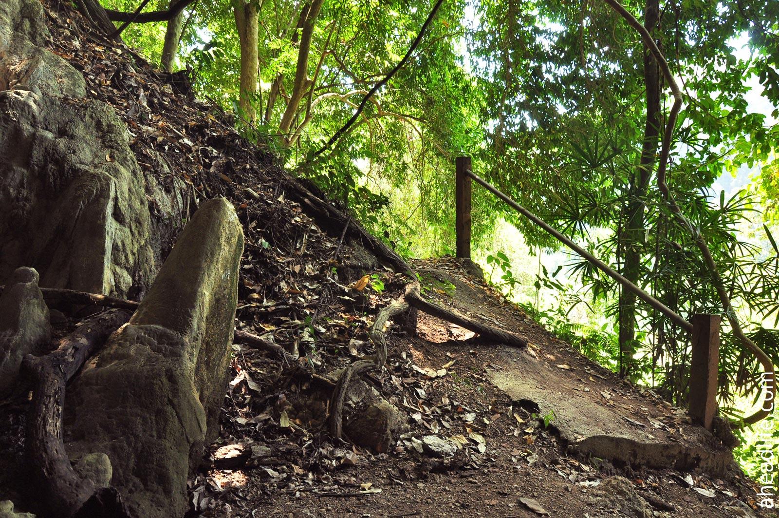 Тропинка к пещере Khao Krot