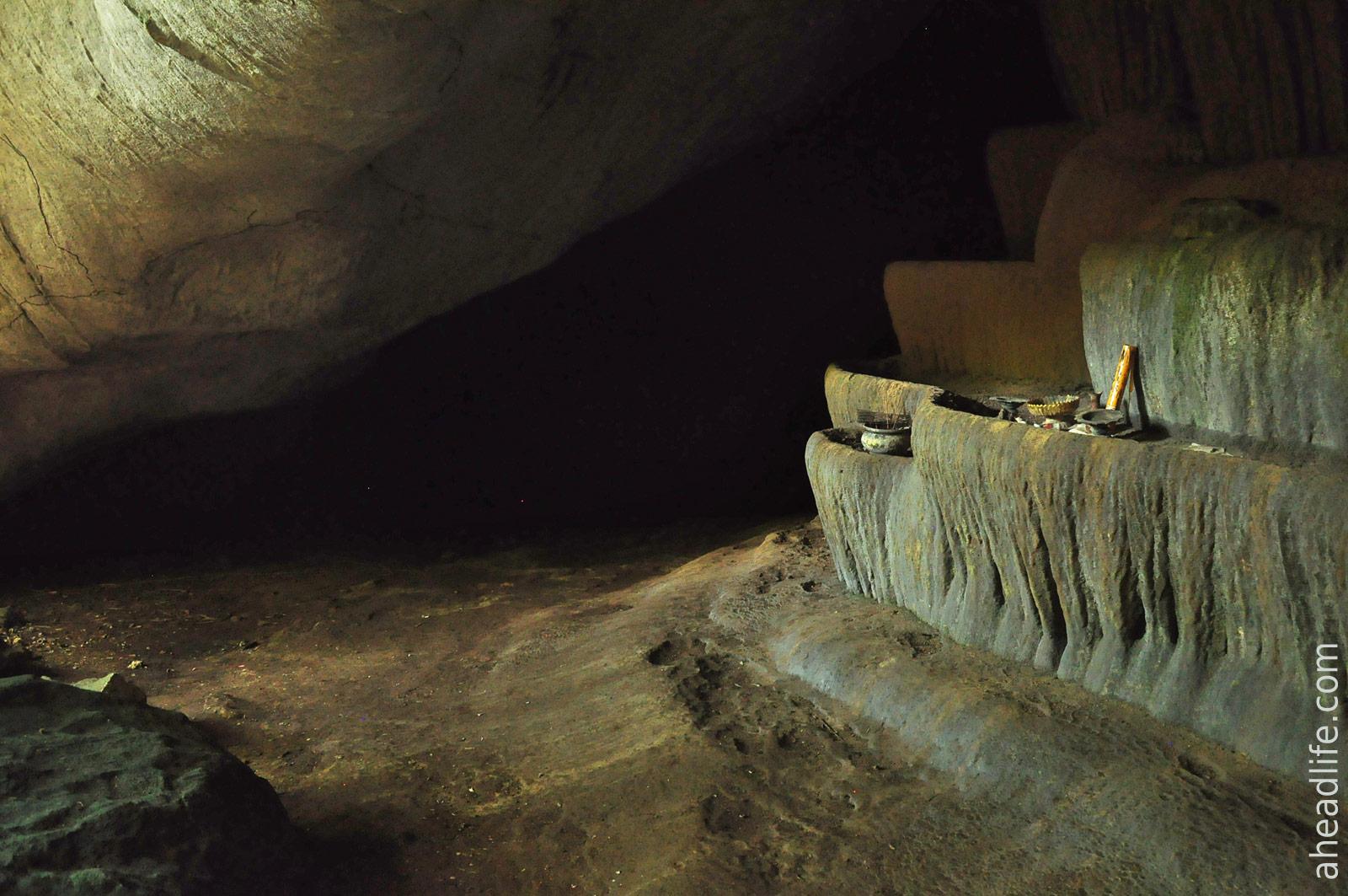Каменный фонтан в пещере Khao Krot