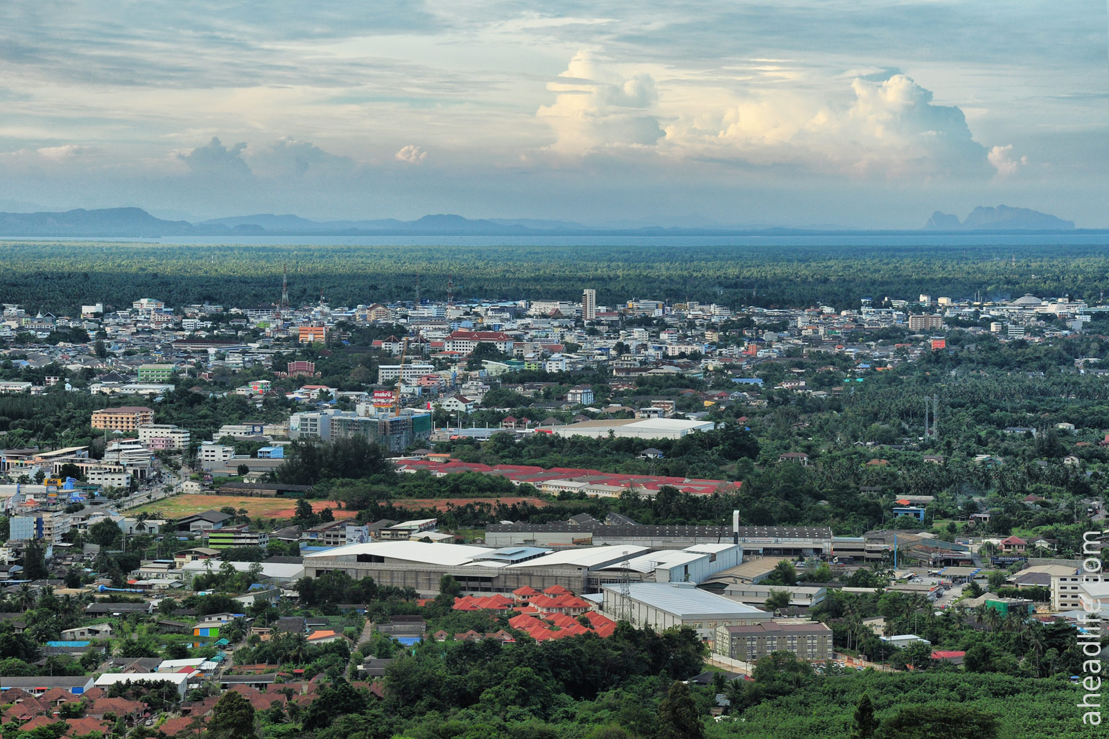Вид на Сураттани с горы Као Та Пет