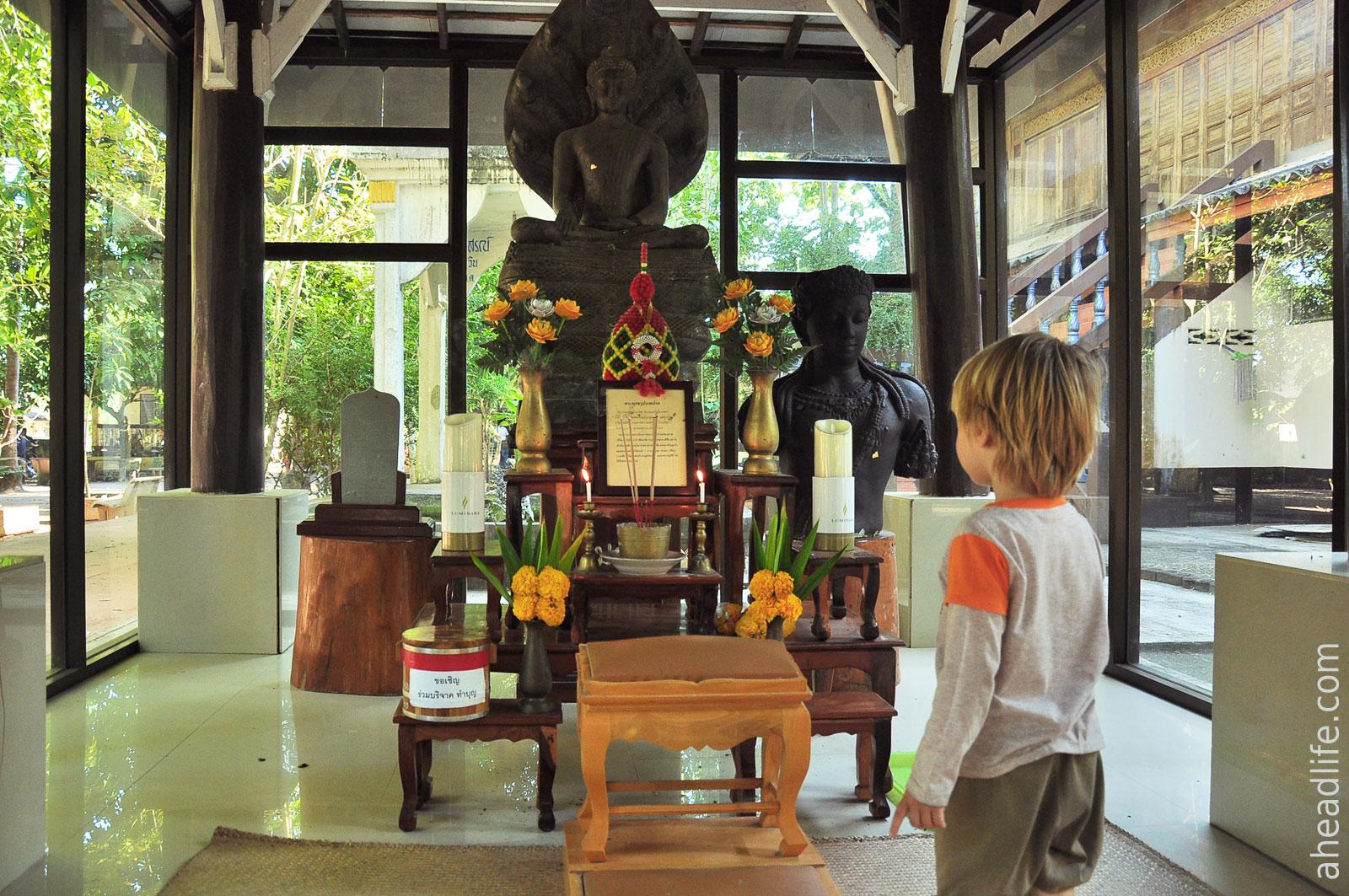Статуя Будды и Авалокитешвары в Ват Вианг (Wat Wiang)