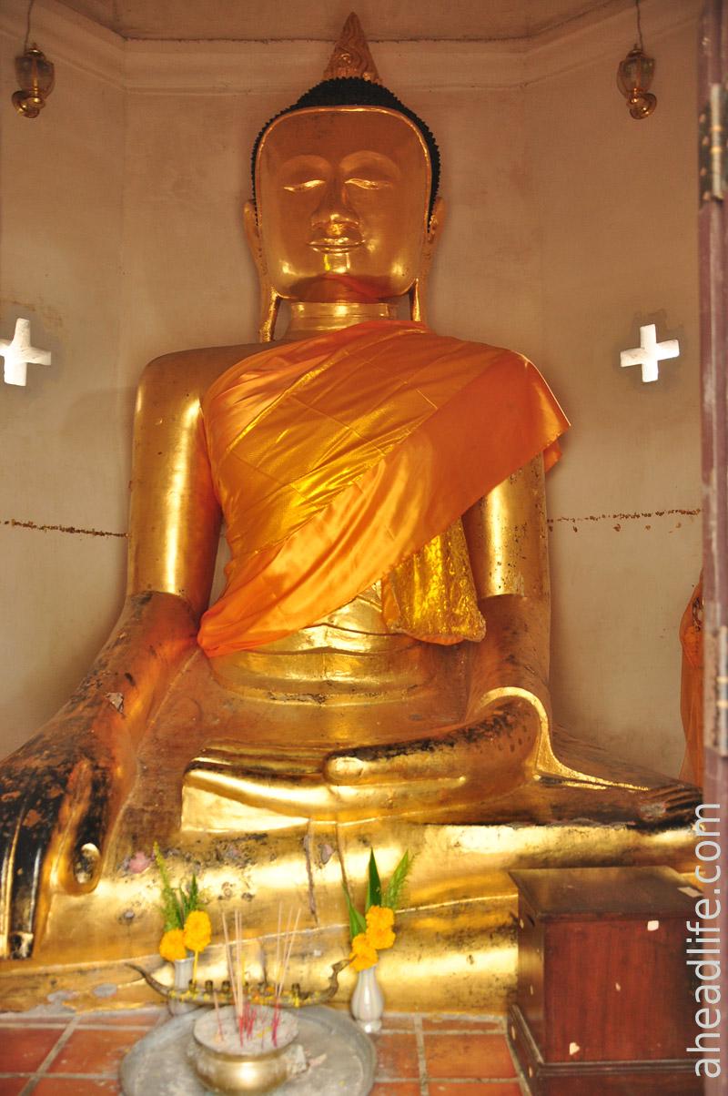Статуя Будды в ступе Wat Phra Borommathat