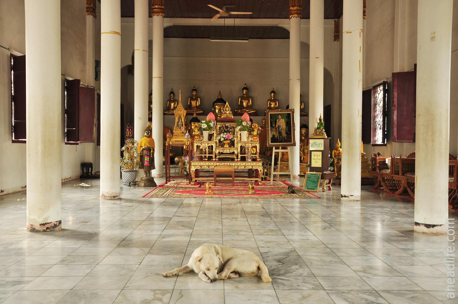 Внутри Wat Phra Borommathat