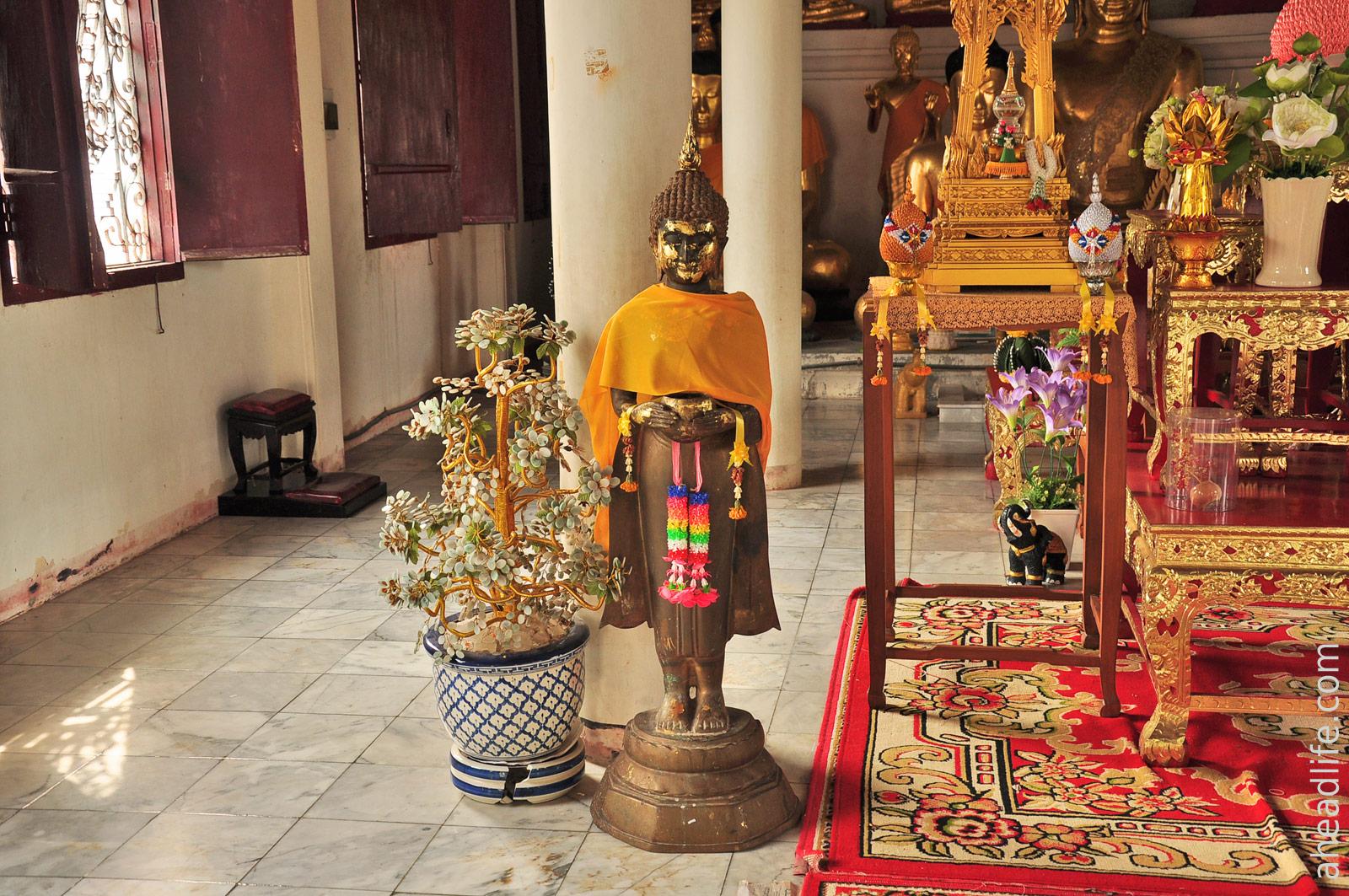Статуя Будды Wat Phra Borommathat