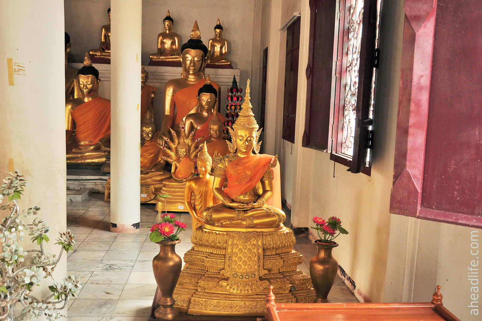 Статуи Будды Wat Phra Borommathat