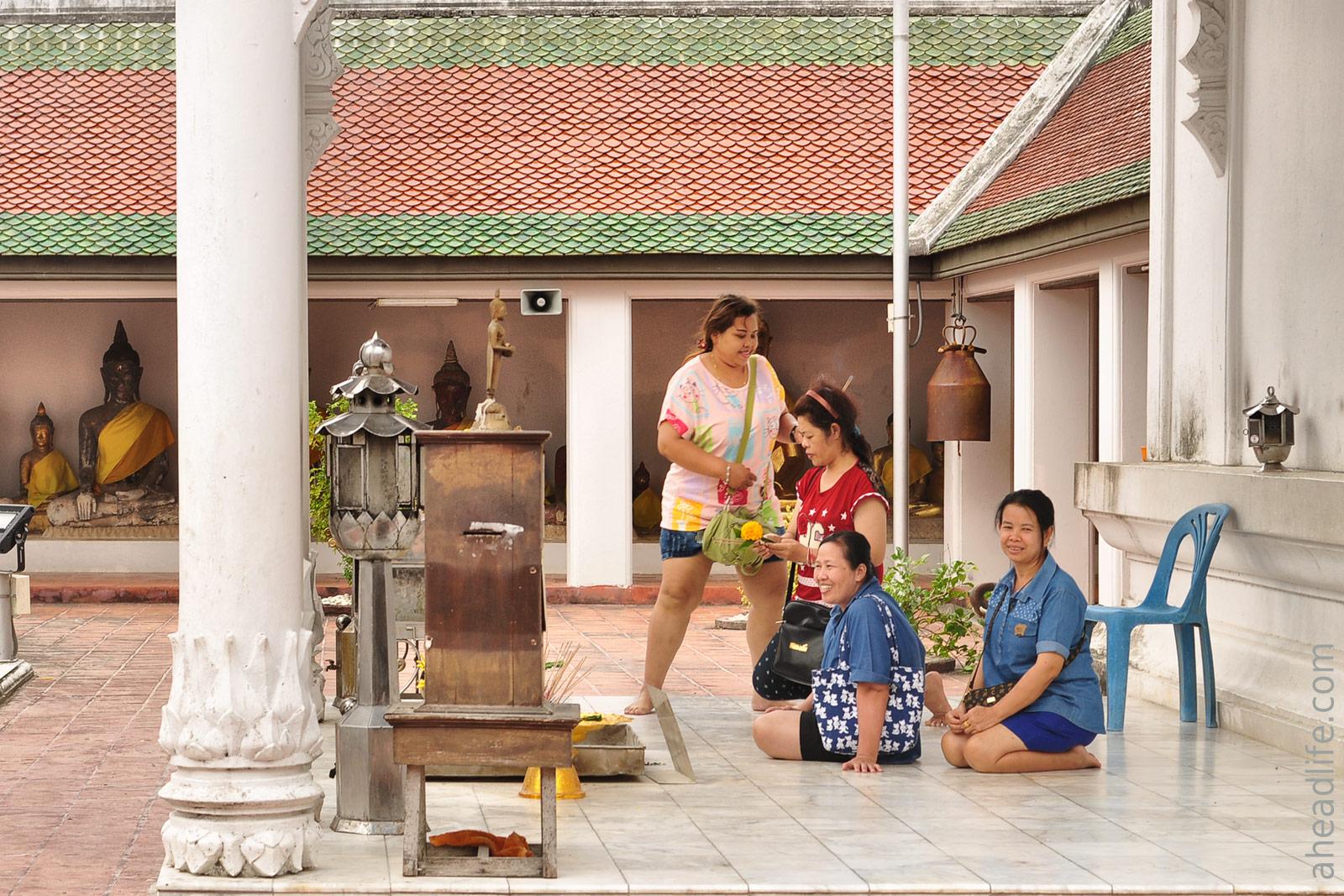 Тайские женщины молятся в храме